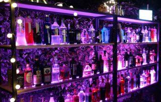 Bottigliera con distillati e liquori premium Hendrick's, Gin Mare, Pink 47 - Tuxedo Bar Catering , cocktail per i tuoi eventi open bar Bergamo